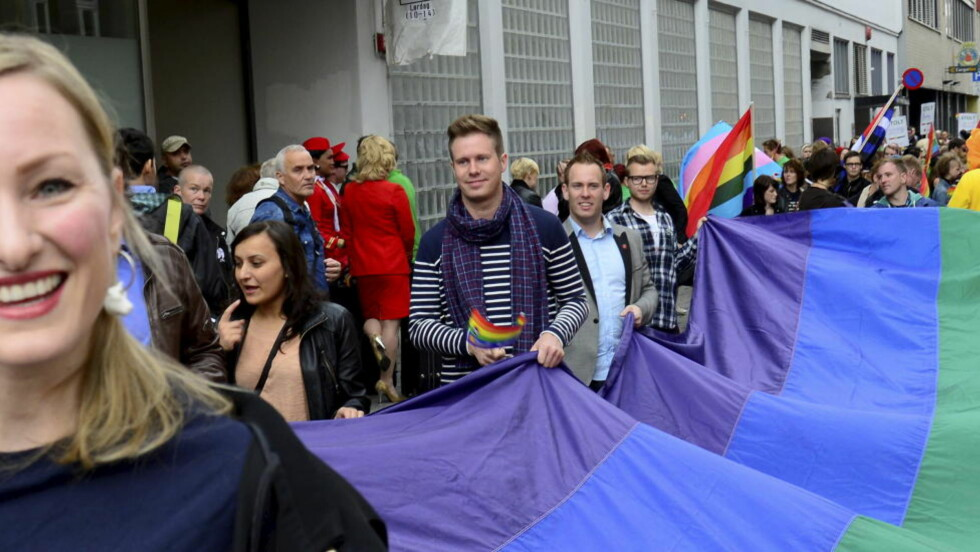 I HOMOPARADEN:  AUF-leder Eskil Pedersen var med å bære det store regnbueflagget i front av homoparaden lørdag. Underveis i toget så han drømmemannen.  Foto: Per Løchen / NTB scanpix