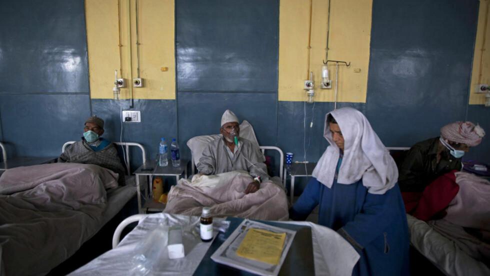 TILBAKE FØR KRIGEN:  Før andre verdenskrig døde ti prosent av norske barn av infeksjon før fylte fem år. Dette bildet er tatt på et sjukehus i Kashmiri i India i mars i år. Der får apotekerne provisjon for å selge antibiotika, som pasientene kan hente reseptfritt. Foto: Dar Yasin / AP Photo / NTB Scanpix