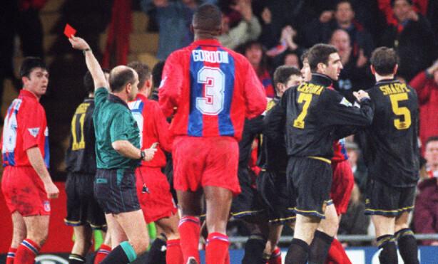 RØD: Cantona blir utvist for å ha dyttet Richard Shaw, dette er bare sekunder før det uforglemmelige angrepet på en Crystal Palace-supporter.Foto: NTB Scanpix