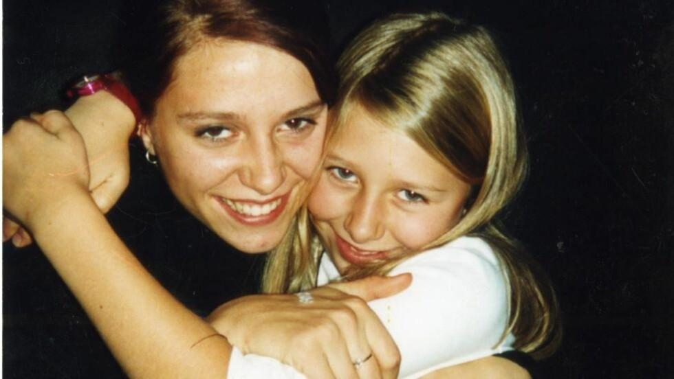 Søskenkjærlighet Dereka og Sophia oktober 2002. Få måneder seinere ble Dereka funnet drept i familiens hjem i Son. FOTO: Privat