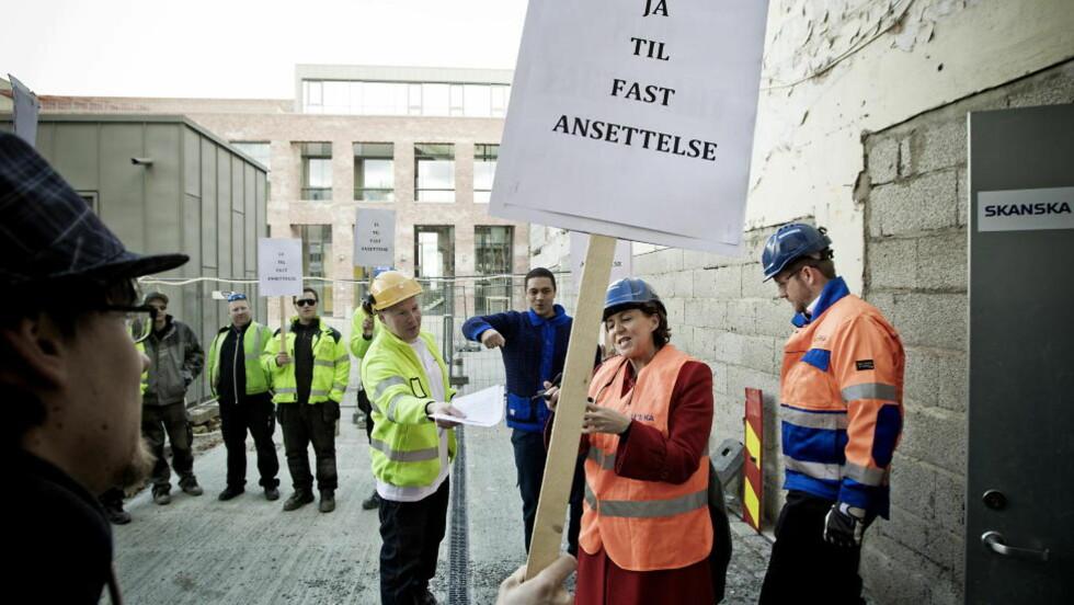 Kalt inn til møte:  Arbeidsminister Hanne Bjurstrøm har innkalt partene i oljestreiken til møte i kveld. Her blir hun møtt av demonstrater  befaring i Frydenbergveien 48 . Foto: Bjørn Langsem / Dagbladet.