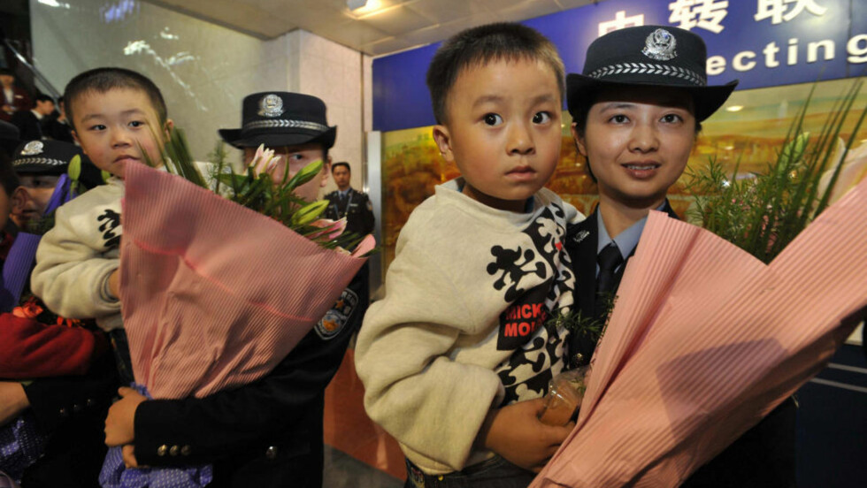 REDDET:Her er noen av barna som ble reddet da kinesiske myndigheter gitt til aksjon mot grupper som drev med menneskehandel i oktober i fjor. Foto: AFP