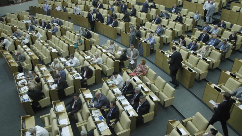 GA STØTTE: Statsdumaen i Russland ga støtte til lovforslage om merking av aktivister i organisasjoner som mottar penger fra utlandet. Foto: AP Photo/Misha Japaridze/NTBScanpix