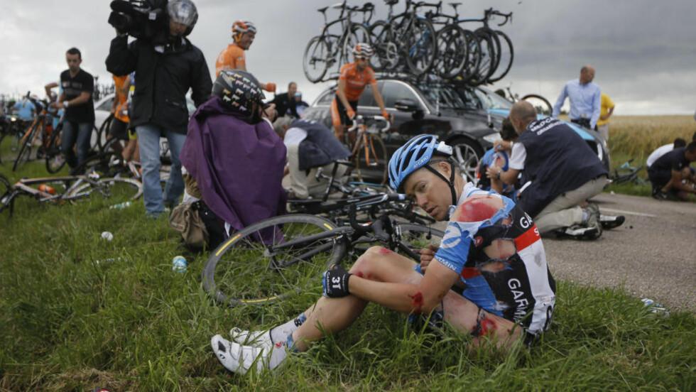 MÅTTE BRYTE: Tom Danielson sitter på bakken etter den stygge velten. Danielson måtte bryte rittet. Foto: NTB Scanpix