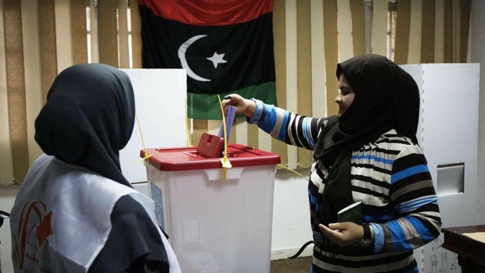 STEMMER: Her stemmer en libysk kvinne i Tripoli i dag. Foto: AFP PHOTO/GIANLUIGI GUERCIA/NTBSCANPIX