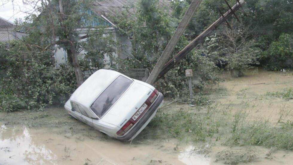 - NATURKATASTROFE: Flommen i Russland har så langt tatt over hundre menneskeliv. Myndighetene i landet går i dag ut om omtaler flommen som den verste naturkatastrofen på tiår. Foto: AFP / Scanpix
