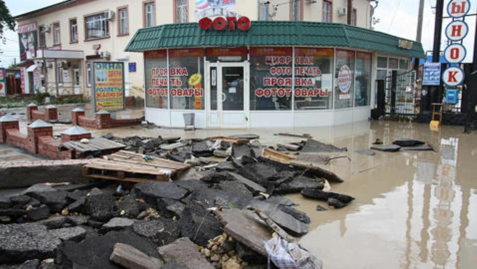 HARDT RAMMET: Den russiske byen  Krymsk er nesten helt ødelagt av vannmassene. I regionen er 88 mennesker så langt funnet døde.  Foto: AFP / Scanpix