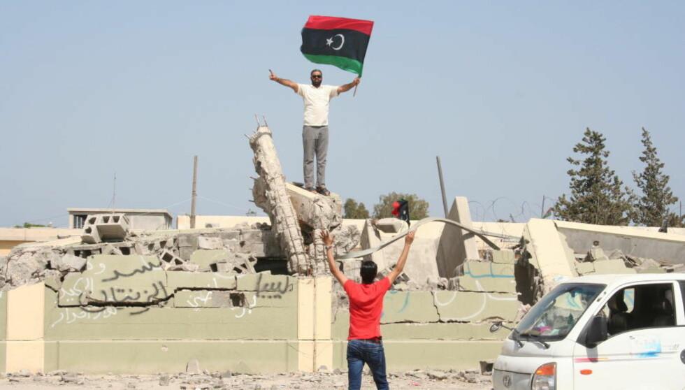 FEIRER: Elleville jubelscener utspilte seg i Libya i går - da folket kunne gå til valgurnene, for mange var dette aller første gang noensinne. Foto: Line Fransson.