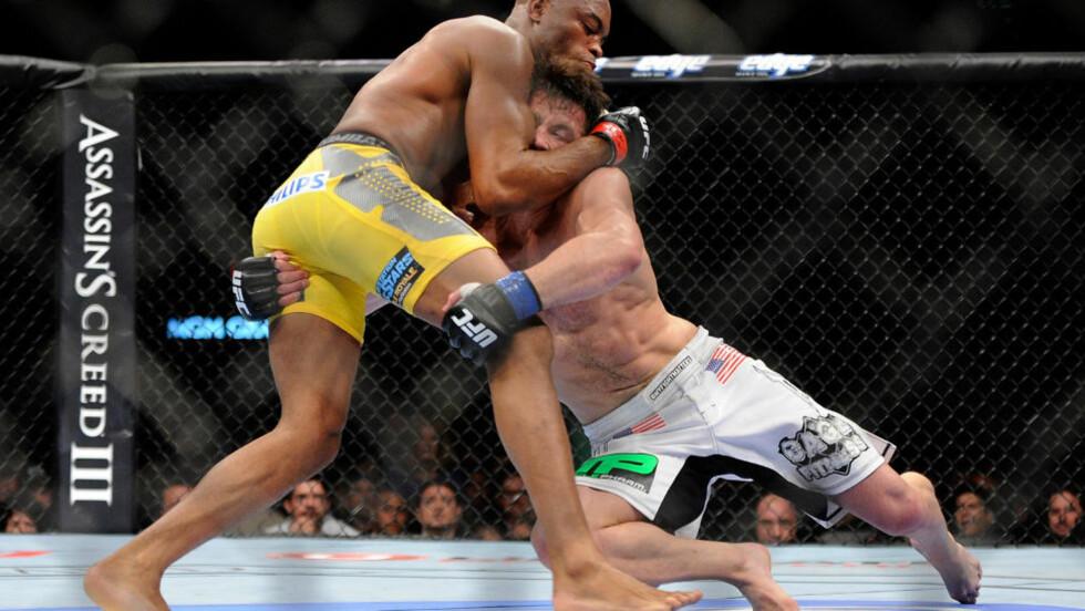 TETT MATCH: Anderson Silva vant storkampen i Las Vegas mot Chael Sonnen i natt. Foto: AP Photo/David Becker