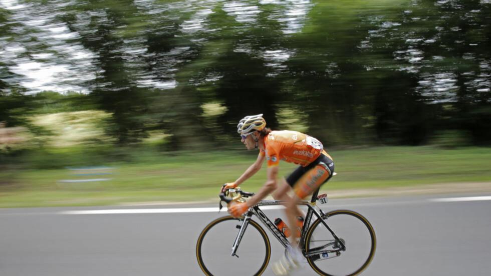 I BAKKEN: Proffsyklisten Samuel Sánchez veltet under søndagens 8.-etappe av Tour de France og måtte bryte rittet. Nå kan OL glippe for den spanske tittelholderen. Foto: AP Photo /  Christophe Ena / NTB SCANPIX