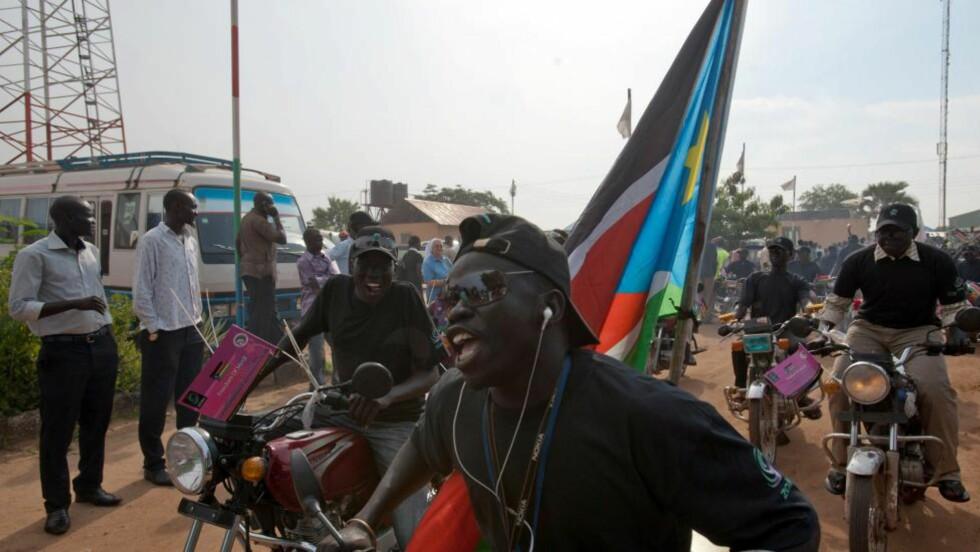 FEIRER: Sør-sudanesere feirer i gatene kvelden før landets ettårsdag som selvstendig stat. Foto: Giulio Petrocco / AFP / ScanpixNTB