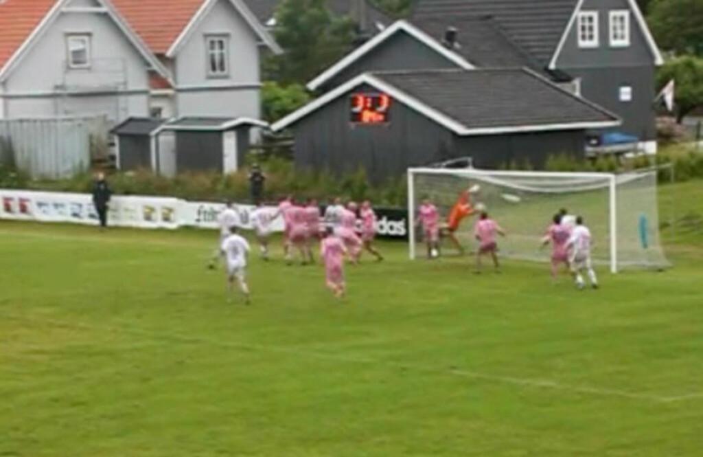 SNUOPERASJON: Follo-keeperen kaster seg forgjeves etter Østsiden-kaptein Jørgen Magnusens heading. Dermed har Østsiden snudd kampen til 4-3.
