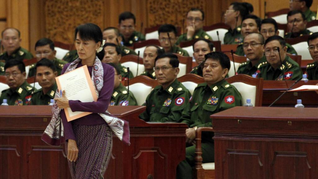 I MILITÆRT SELSKAP:  Opposisjonsleder Aung San Suu Kyi hadde i dag sin første formelle opptreden i Myanmars nasjonalforsamling etter valget. Dette bildet er fra en gjesteopptreden 2. mai i år. FOTO: Soe Zeya Tun/REUTERS/NTB SCANPIX.