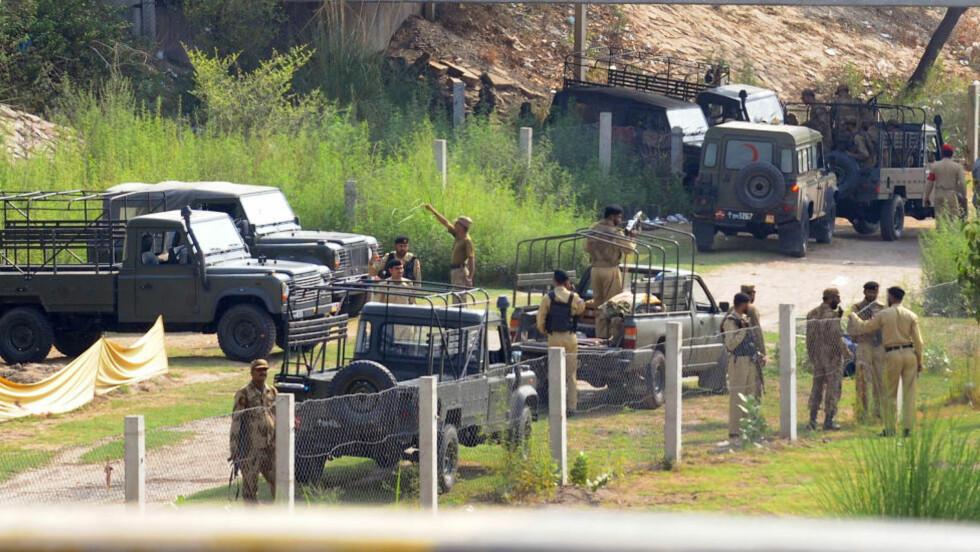 SJU DREPT:  Pakistanske soldater holder vakt rundt denne midlertidige leiren som ble angrepet i natt - i et område der slike angrep ikke er vanlig. FOTO: Arif ALI, AFP/NTB SCANPIX.