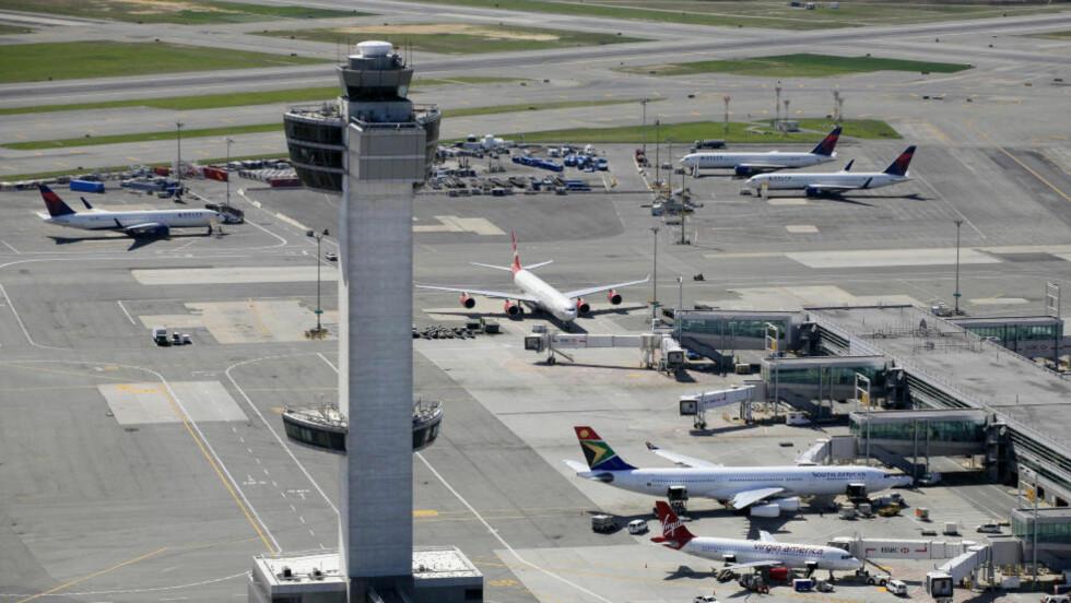FORSINKELSER: Piloten returnerte til gaten på John F. Kennedy International Airport, der politiet tok i mot den 32 år gamle sangglade kvinnen. Illustrasjonsfoto: MARK LENNIHAN/AP PHOTO/NTB SCANPIX