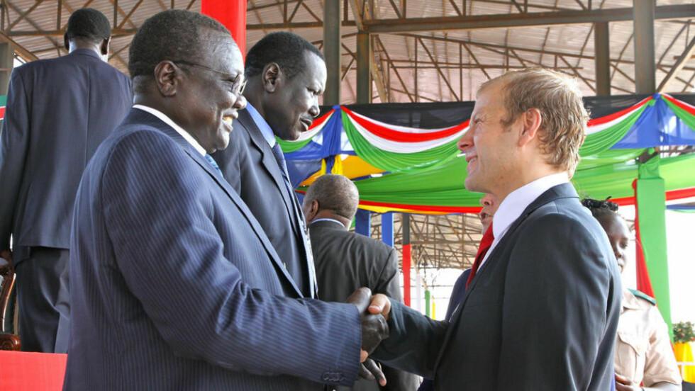 TØFF: Utviklingsminister Heikki Holmås (SV) lover å være tydelig og tøff når han besøker Sudan på torsdag. Her møter han medlemer av regjeringen til Sør-Sudan, under dagens feiring i Juba. Foto: Ragnhild Simenstad, UD.