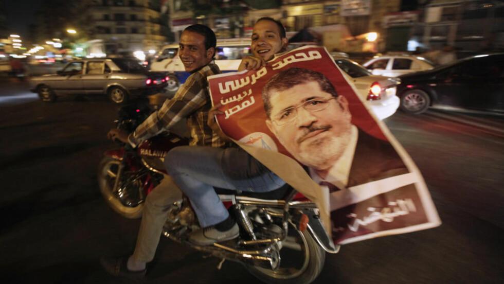 Tilhengerne av Egypts første islamistiske president, Mohamed Mursi, feirer ham på Tahrir-plassen i Kairo. Mursi har utfordret de militære og sammekalt de folkevalgte som de militære sendte hjem. Foto: REUTERS/Amr Abdallah Dalsh