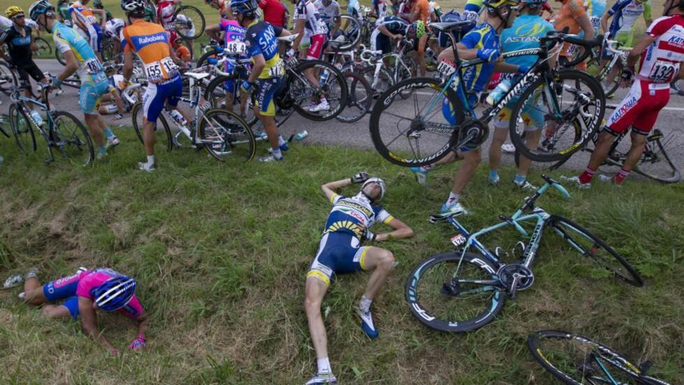 HER LIGGER HAN: Woiet Poels ligger på bakken etter at å ha krasjet i fredagens Tour de France-etappe. Foto: AFP PHOTO / JOEL SAGET