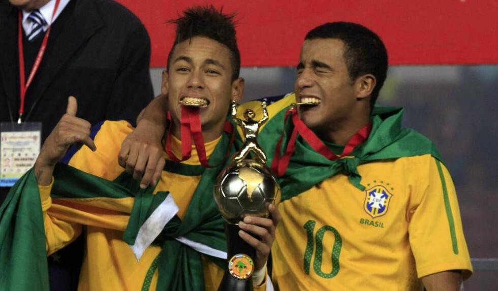 JAGES AV STORKLUBBER: Stortalentet Lucas Rodrigues - her sammen med Neymar da Silva - er linket til flere av Europas største klubber. Nå skal også Manchester United være interessert. Foto: AP Photo/Martin Mejia