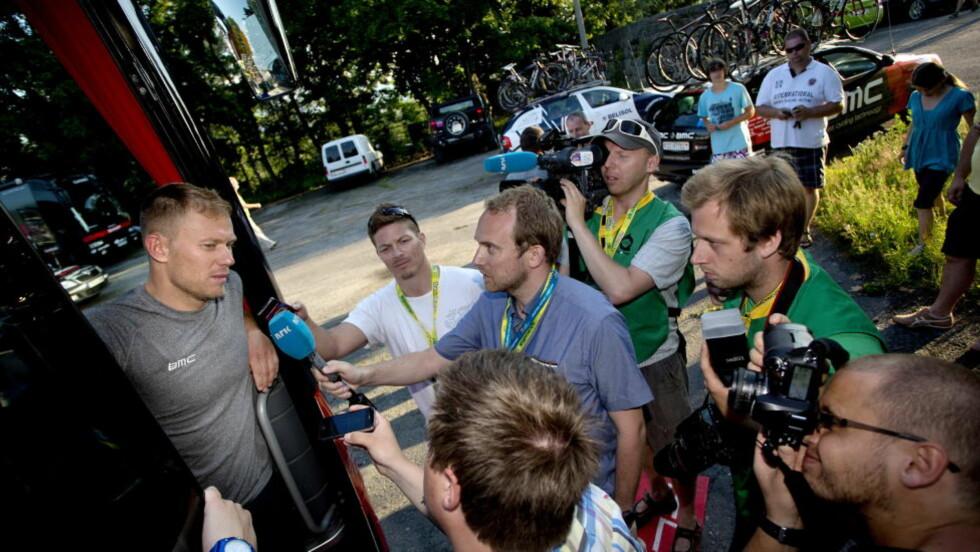 PINTE SEG GJENNOM FØRSTE ETAPPE: Thor Hushovd hadde en tung dag på sykkelen den første dagen av sykkelrittet Polen rundt. Her møter han norsk presse ved lagets buss. Foto: Daniel Sannum Lauten / NTB scanpix