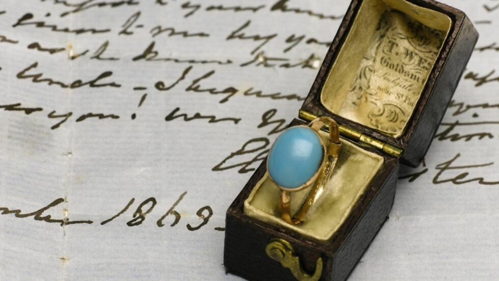 FEM GANGER FORVENTET PRIS: Denne ringen, som tilhørte forfatteren Jane Austen, ble tirsdag solgt for 1,5 millioner kroner. Foto: EPA / SOTHEBYS AUCTIONEERS / SCANPIX