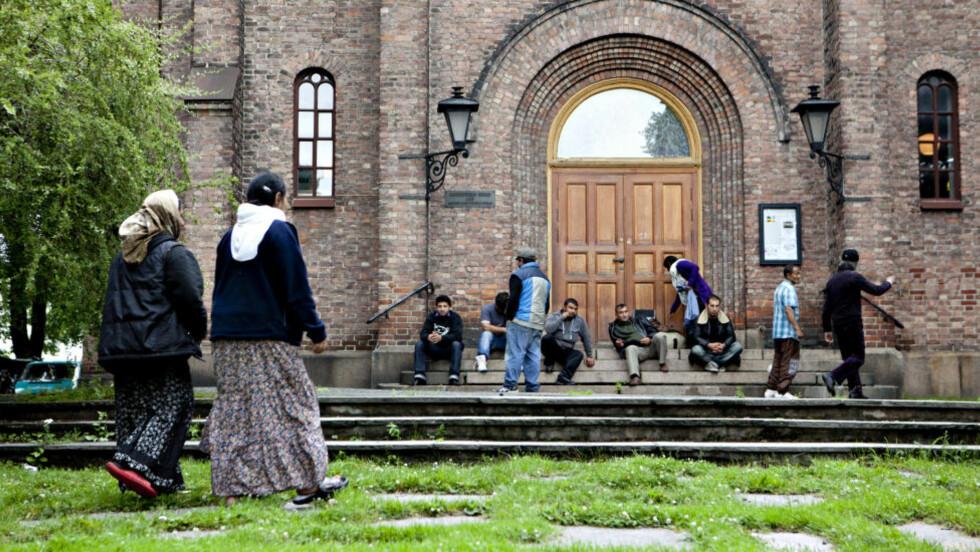 SAMARBEID: De siste dagene har mange romfolk slått seg ned ved Sofienberg kirke. «Vi er forpliktet til å arbeide med våre norske partnere for å finne levedyktige og langvarige løsninger,» skriver kronikkforfatteren. Foto: Anette Karlsen / NTB Scanpix