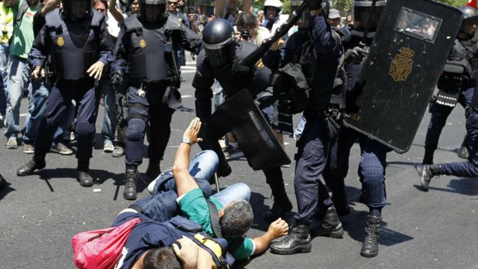 MANGE SKADD: Politiet brukte batonger og gummikuler mot demonstrantene, sier øyevitner. Foto: AFP PHOTO / CESAR MANSO