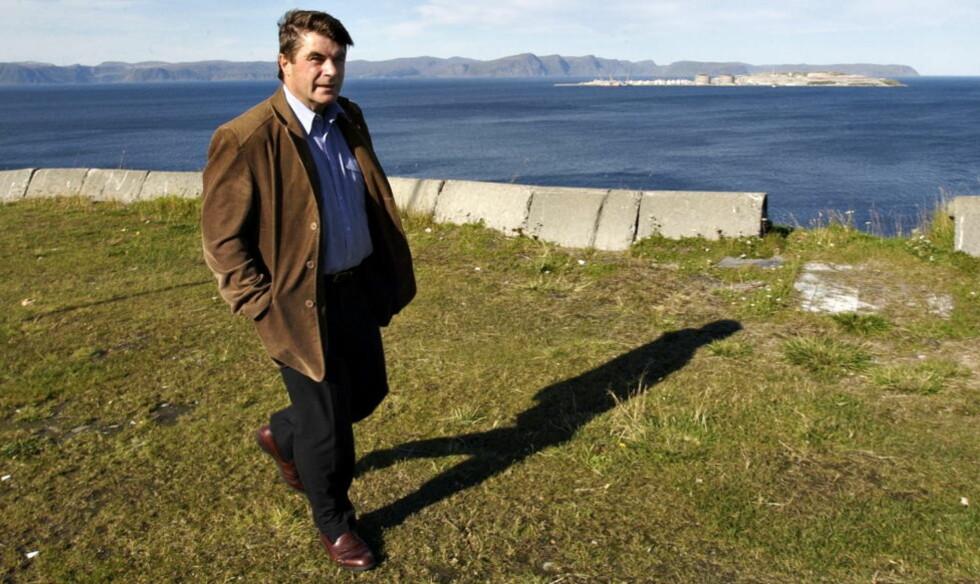 RYKKET UT: Ordfører Alf E. Jakobsen i Hammerfest rykket ut da han fikk høre at en reinokse oppførte seg aggressivt overfor barn. Da han kom fram til de aggressive dyra oppdaget han at den ene oksen hadde ei dartpil i rumpa, skriver Finnmark Dagblad.  Foto: Truls Brekke/Dagbladet
