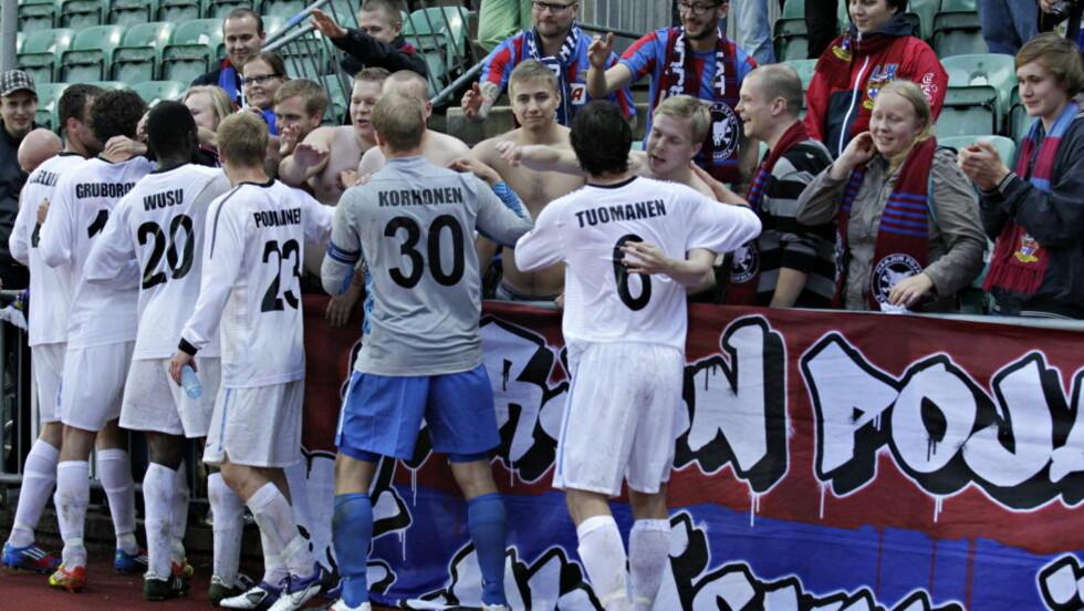 FINSK JUBEL: JJK Jyväskylä-spillerne takker supportere etter 2-3-tapet på Nadderud torsdag kveld. De gikk videre med 4-3 sammenlagt.  Foto: Anette Karlsen / NTB scanpix