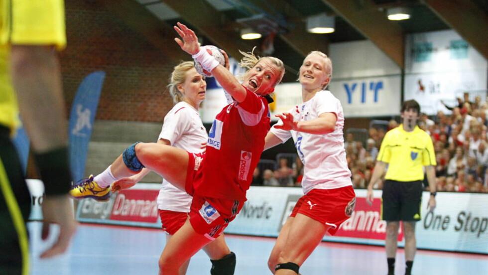 USTOPPELIG: Heidi Løke og Norge ydmyket de danske håndballjentene i Drammenshallen fredag kveld.  Foto: Audun Braastad / NTB scanpix