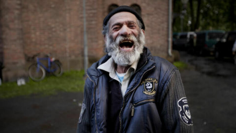 GLAD:  - Politiet er et problem, sier John Ghenea til Dagbladet. Han holder til ved Sofienberg kirke. Foto: Hilda Nyfløt / Dagbladet