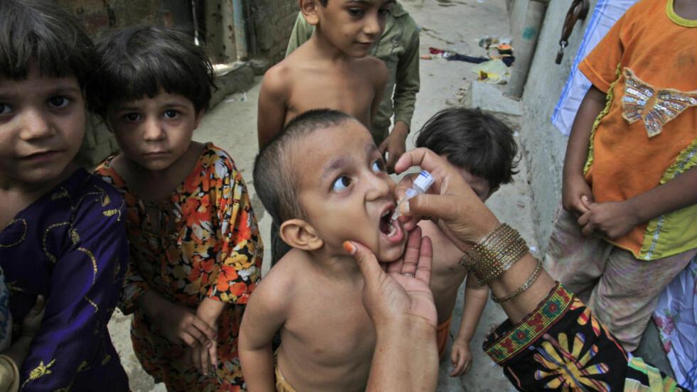 STOPPER VAKSINEPROGRAM: Pakistanske myndigheter stanser et vaksineprogram for polio etter at Taliban-trusler. Foto: K.M. Chaudary / AP / Scanpix