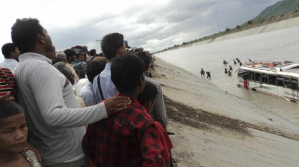 LETEAKSJON: Letemannskapet på over 100 mennesker letter nå på spreng etter 27 passasjerer som fortsatt er savnet. Foto: Purushottam Subedi/ Reuters/ NTB Scanpix