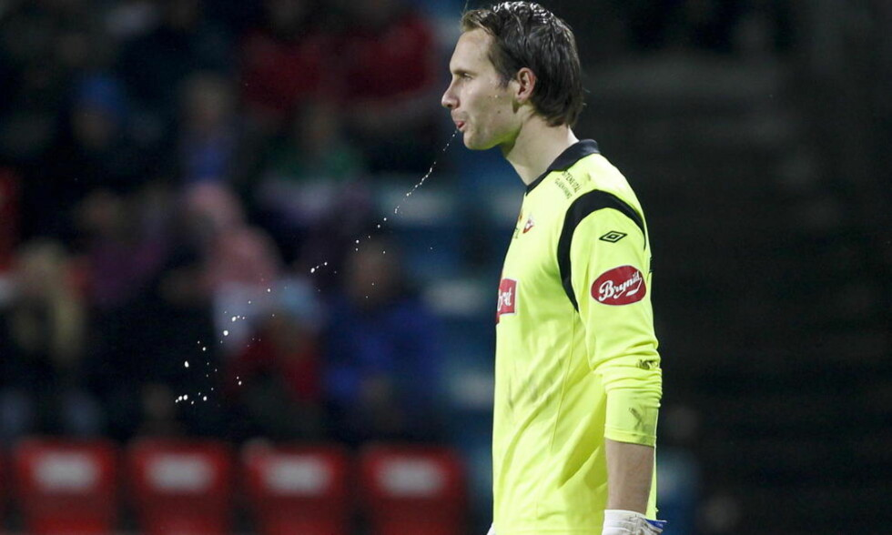 MÅ SPILLE UTPÅ?: Reservekeeper Jon Masalin er én av bare tre spillere på Fredrikstad-benken i kveldens kamp mot Aalesund.  Foto: Jan Kåre Ness / Scanpix