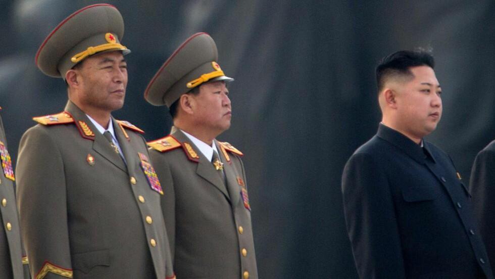 AKUTT SYK: Dette bildet er fra april i år og viser Ri Yong-ho (til venstre) sammen med blant annet Nord-Koreas leder, Kim Jong-un. Foto: AFP