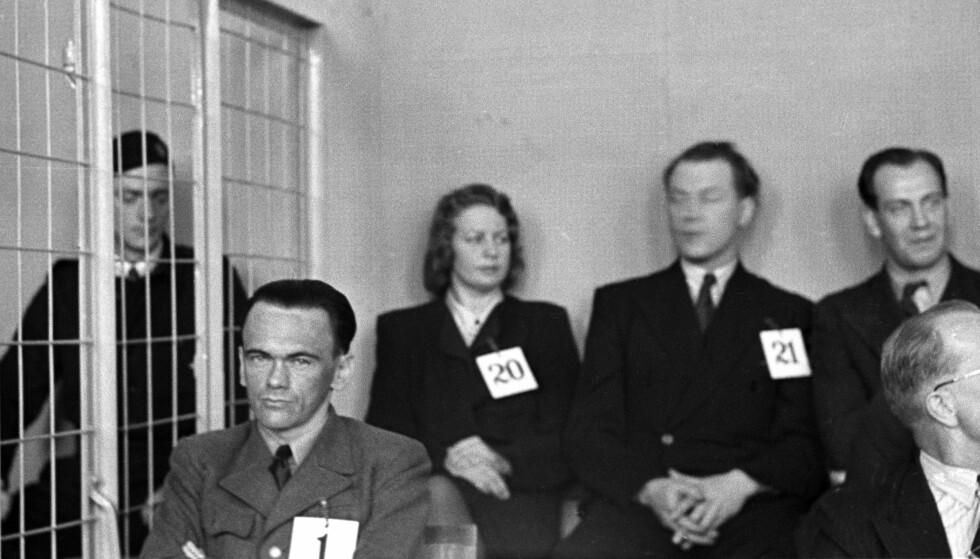 MED FOTLENKE I BUR: Henry Oliver Rinnan var tiltalt nr. 1, her under første dag av den fem måneder lange rettssaken i Trondheim. Bak tiltalt nr. 20 Solveig Kleve (8 års fengsel) og nr. 21. Alf Nilsen Aune (12 års fengsel). Arkivfoto: NTB Scanpix.