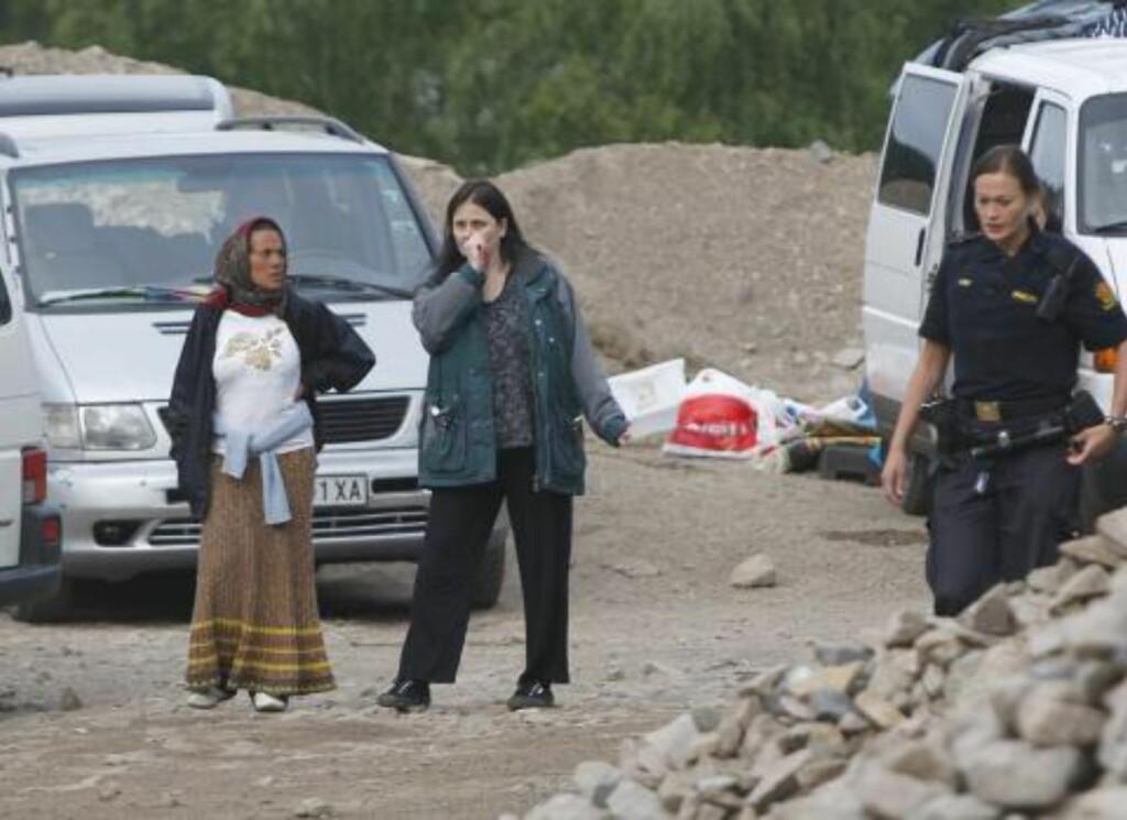MØTT AV TILROP: Grunneier Vanessa Quintavalle (i midten), som nekter å avvikle leiren, ble møtt av sinte tilrop fra skuelystne da hun ankom tomta si i kveld. Foto: SONDRE STEEN HOLVIK  / DAGBLADET