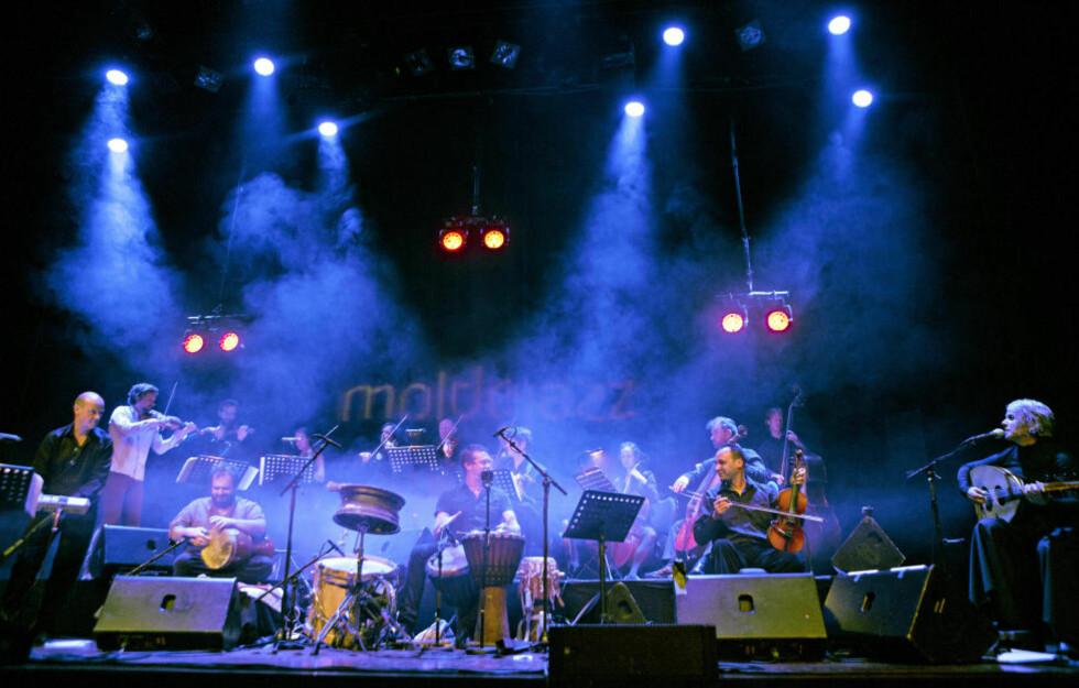 MEKTIG:  Jon Balke (tv) med Siwan Jadid-ensemblet i Bjørnsonsalen i Molde mandag kveld. Ved siden av ham står Bjarte Eike, leder for Barokksolistene, og helt til høyre sitter Kamilya Jubran, ensemblets nye sanger og oudspiller. FOTO: LARS EIVIND BONES/DAGBLADET