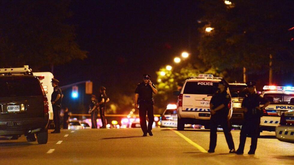 PÅ VAKT: Store politistyrker rykket ut til åstedet hvor minst to ble drept. Foto: AP