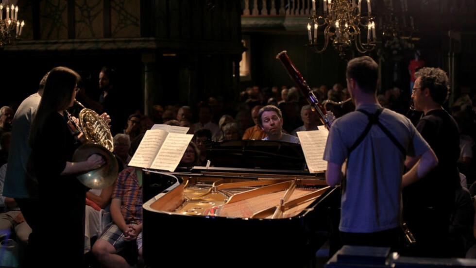 INTIMT: Leif Ove Andsnes og blåsere spiller Mozarts kvintett i «Kammermagi».