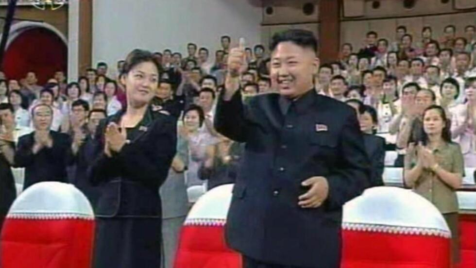 MYSTERIEKVINNEN: Kim Jong-un har vakt oppmerksomhet ved å bli avbildet med denne kvinnen på ulike arrangementer. Kvinnen har vært offer for mye spekulasjon, og er trolig Kims gamle flamme, popstjernen Hyon Song-Wol. Foto: EPA/Yonhap/NTB Scanpix