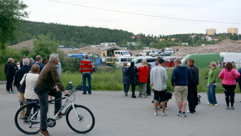 ÅRVOLL: Skuelystne samlet seg mandag kveld utenfor leiren som romfolk har etablert på en tomt på Årvoll i Oslo.   Foto: Tore Meek / NTB scanpix