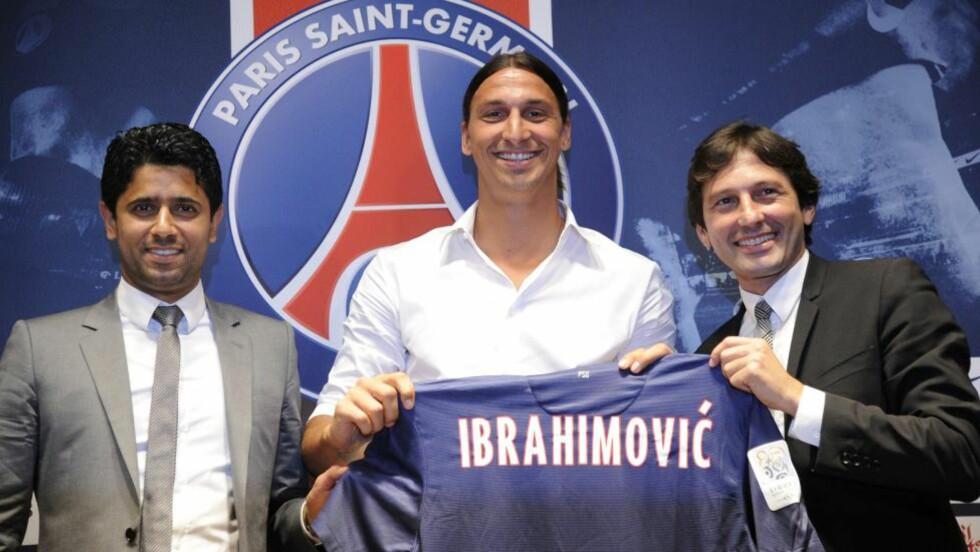 ENDELIG KLAR: Zlatan Ibrahimovic ble presenter som Paris Saint-Germain-spiller. Her er han med president i Qatar Sports Investments,Nasser Al-Khelaifi og PSG-sportssjef Leonardo.  AFP PHOTO / BERTRAND GUAY