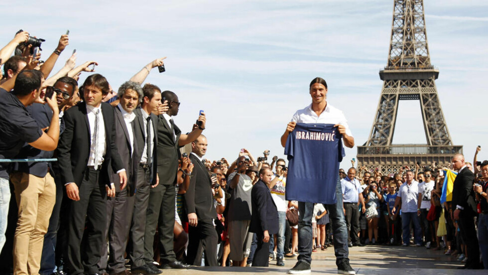 I PARIS: Zlatan Ibrahimovic ble tatt i mot som en helt i Paris sine gater. Foto: REUTERS/Charles Platiau