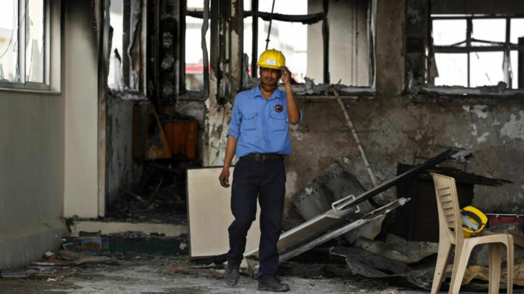 STENGT:  En sikkerhetsvakt passer på et av de raserte rommene etter den eksplosive arbeidskonflikten bilfabrikken Maruti-Suzuki i Manesar nær New Dehli. FOTO: Saurabh Das, AP/NTB SCANPIX.
