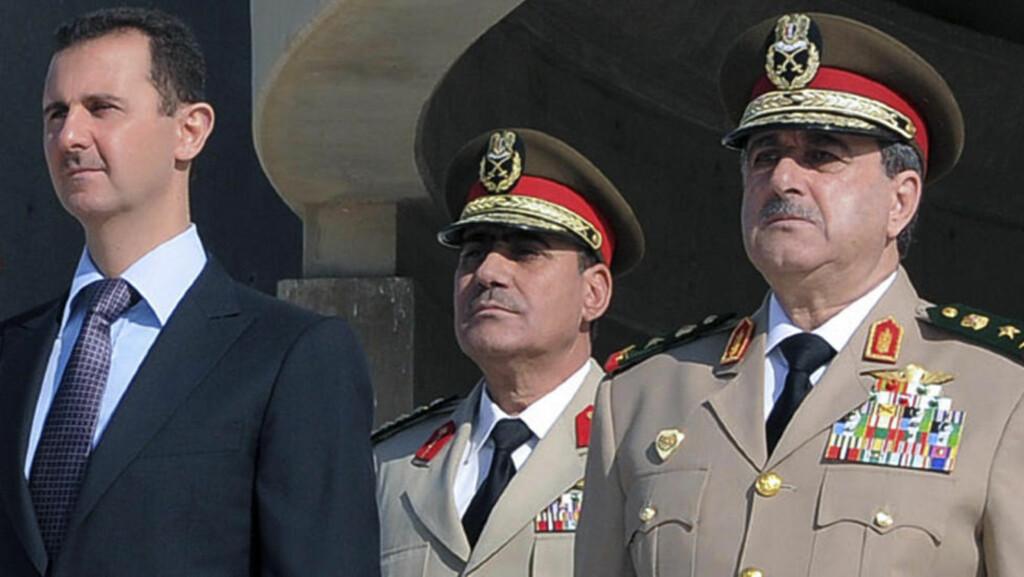 PÅ FLUKT: Bashar AL-Assad skal være på flukt etter at hans forsvarsminister, Dawoud Rajha, til høyre, og to andre toppfolk i regimet ble drept i går. (AP Photo/SANA)