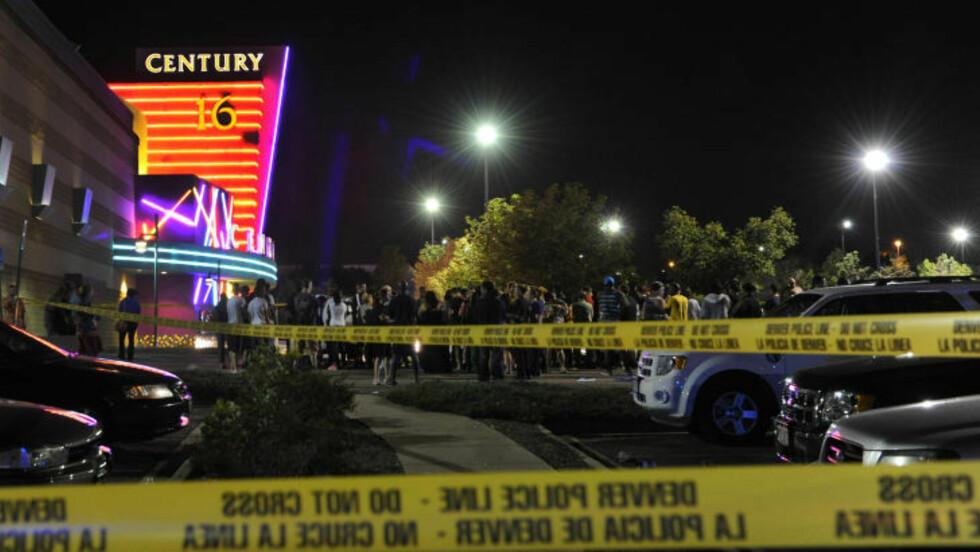 KAOTISK: Minst 14 personer er drept og 50 skadd etter skyteepisoden i Aurora, Colorado. Foto: AP Photo/The Denver Post, Karl Gehring