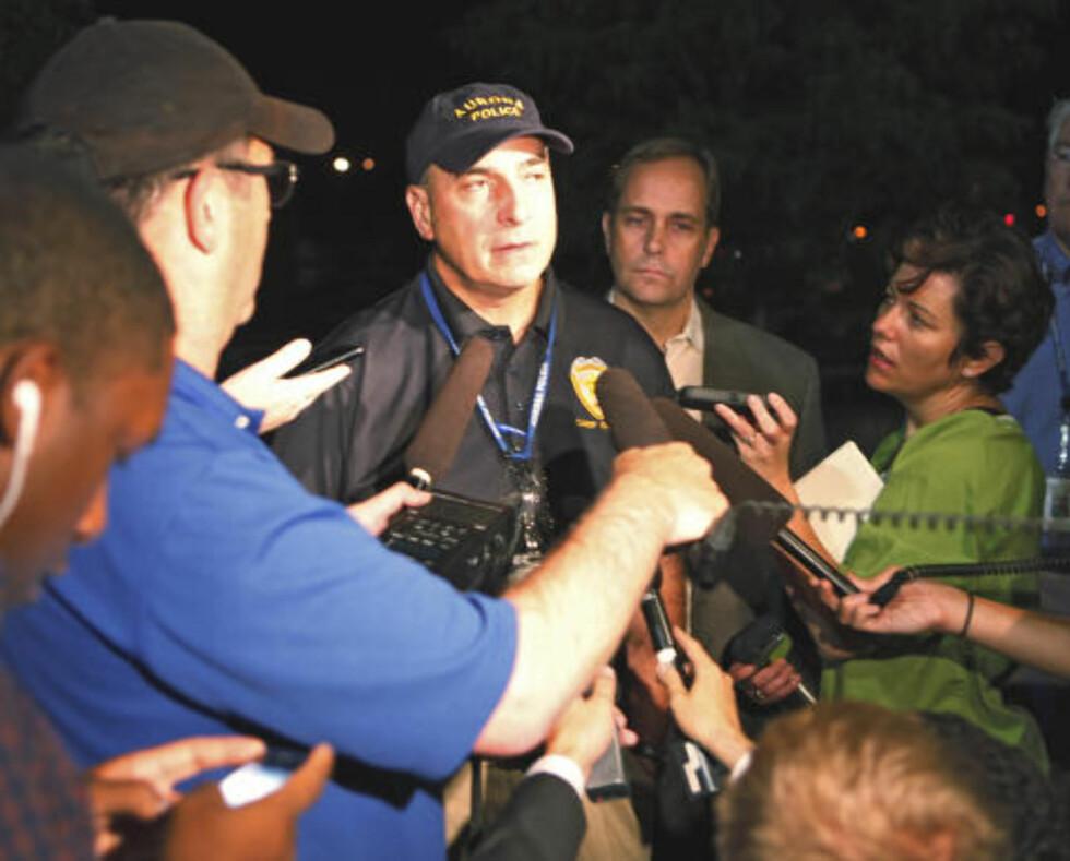 KAOTISK PÅ STEDET: Politisjef Daniel Oatley snakker med pressen etter skyteepisoden. Foto: AP Photo/Ed Andrieski