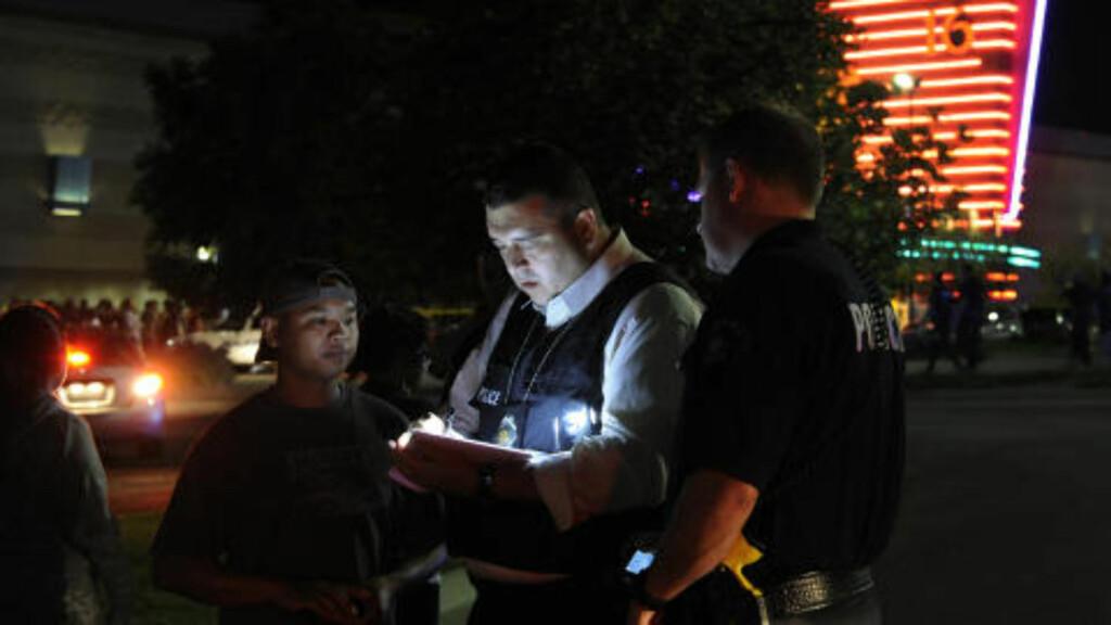 MANGE SKADDE: Politiet jobbet på spreng og det ble satt opp et provisorisk sykehus på et kjøpesenter i nærheten for å behandle de 50 skadde. Foto: AP Photo/Karl Gehring, The Denver Post