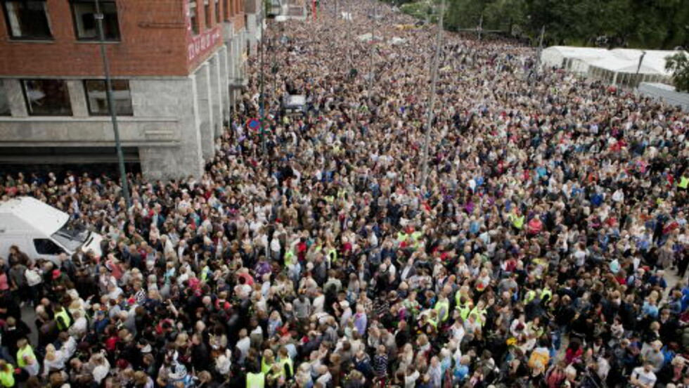 - IKKE POSITIV: Flere hundre tusen deltok i rosetog 25. juli 2011. Breivik mener reaksjonen var ulogisk. Foto: Uffe Frandsen